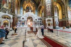 顿河畔罗斯托夫,俄罗斯-大约2017年11月:后面观点的新娘和新郎在教会里 图库摄影