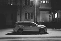 顿河畔罗斯托夫,俄罗斯-大约2016年12月:奔驰车R班的葡萄酒汽车在市中心的街道停放了在冬天 免版税库存图片