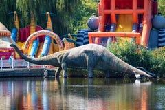 顿河畔罗斯托夫,俄罗斯-大约2017年8月:恐龙雕象在罗斯托夫动物园 库存照片
