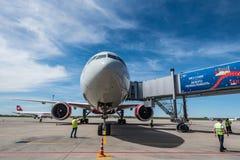 顿河畔罗斯托夫,俄罗斯- 2018年6月17日:波音777在普拉托夫机场在顿河畔罗斯托夫 免版税库存照片