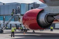顿河畔罗斯托夫,俄罗斯- 2018年6月17日:红色波音777后面看法引擎  库存图片