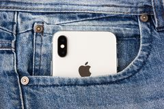 顿河畔罗斯托夫,俄罗斯- 2018年2月 Iphone x黏附在蓝色牛仔裤外面的口袋 免版税库存图片