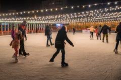 顿河畔罗斯托夫, 2017年12月03日:滑冰场的人们 免版税库存照片