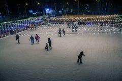 顿河畔罗斯托夫, 2017年12月03日:滑冰场的人们 库存照片