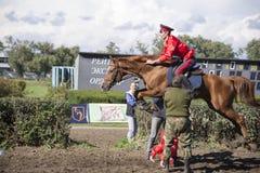 顿河畔罗斯托夫, RUSSIA-SEPTEMBER 22 -在马的美好的车手 免版税库存图片