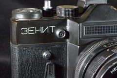 顿涅茨克,乌克兰:2017年12月25日-葡萄酒减速火箭的苏维埃SLR照相机Zenit和与Helios 44-M 免版税库存照片