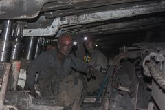 顿涅茨克,乌克兰- 2013年8月,16日:矿工在局促情况的工作 库存图片