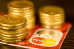 顿涅茨克,乌克兰 2017年11月2日:在堆的红色万事得卡金黄硬币中 免版税库存照片