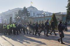 顿涅茨克,乌克兰- 2017年10月18日:在Verkhovna附近Rada的大厦的警察 免版税图库摄影