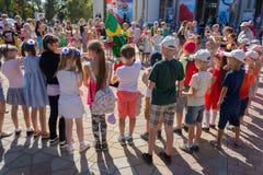 顿涅茨克,乌克兰- 2018年8月26日:设计卡通者招待孩子在庆祝 图库摄影