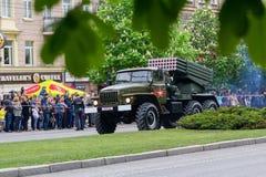 顿涅茨克,乌克兰- 2017年5月9日:顿涅茨克人` s共和国的多支发射火箭系统BM-21军队在军事游行的 免版税库存照片