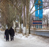 顿涅茨克,乌克兰- 2015年1月, 17日:两个领抚恤金者依然是的i 免版税图库摄影