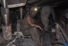 顿涅茨克,乌克兰- 2013年8月, 16日:矿工在局促的工作 免版税库存图片