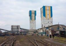 顿涅茨克,乌克兰- 2012年11月06日:井塔煤炭和indust 库存图片
