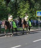 顿涅茨克,乌克兰- 2012年6月11日:在马背上巡逻街道的警察 免版税库存图片