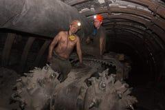 顿涅茨克,乌克兰- 2014年3月14日:煤矿工人修理的司机在地下矿 库存图片