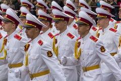 顿涅茨克,乌克兰- 2017年5月09日:白色制服的军校学生在游行 免版税库存照片