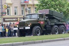 顿涅茨克,乌克兰- 2017年5月9日:顿涅茨克人` s共和国的多支发射火箭系统BM-21军队在军事游行的 库存照片
