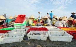 头顿,越南- 2016年7月03日:工作者将被卖的排序鱼在长的海氏,头顿,越南的捕鱼港口 库存图片