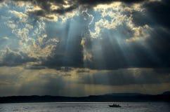 预先风暴天空和小船 库存图片