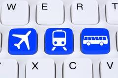 预定一次旅行旅行在网上在有公共汽车、飞机或者trai的互联网上 库存照片