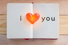 预定与被打开的页和黏土心脏形状在中部 JPG 库存照片