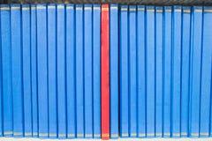 预定在引人注意在大学图书馆的书架 免版税库存图片