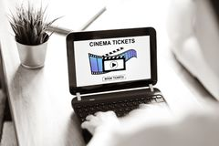 预定在膝上型计算机屏幕上的网上戏院票概念 免版税库存图片