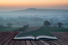 预定在雾层数的概念惊人的日出在乡下lan 免版税库存照片