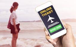 预定您的在智能手机的海滩假期 免版税图库摄影