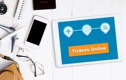 预定您的票在网上在有辅助部件的片剂 库存照片