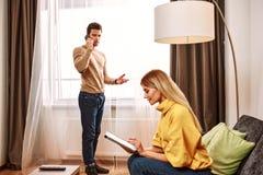 预定的附加业务 年轻人谈话由智能手机在旅馆里 库存照片