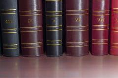 预定老皮面装订大型书本脊椎在架子的 库存图片