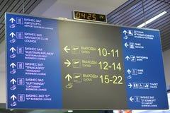 预定飞行离去的航空器 免版税库存图片