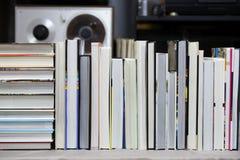 预定,堆在桌上的精装书书 顶视图 库存图片
