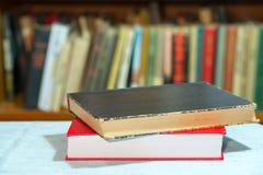 预定,堆在桌上的精装书书 顶视图 免版税库存照片