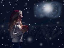 预期一个奇迹的愉快的孩子在圣诞节 免版税库存照片