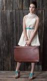 预期旅行的美丽的女孩 免版税库存图片