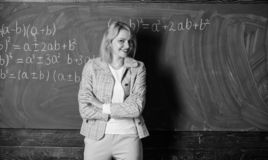 预期老师必须考虑的工作条件 她喜欢她的工作 r r 图库摄影