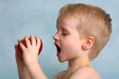 预期苹果尖酸的男孩 免版税库存图片