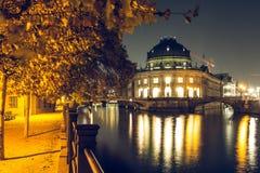 预示的博物馆在夜之前和在狂欢岸的有启发性道路在秋天心情 库存照片