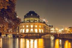 预示的博物馆-历史海岛在夜之前在首都柏林的中心 库存图片