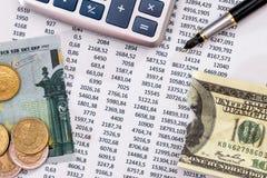 预算与计算器、笔、被撕毁的100欧元和美元的文本 免版税图库摄影
