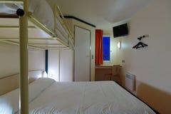 预算旅馆客房的内部 免版税库存照片