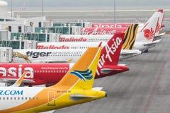 预算班机舰队飞行在KLIA2 -系列2 免版税图库摄影
