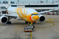 预算航空公司NokScoot喷气机飞机被拖曳在曼谷Suvarnabumi机场泰国 免版税图库摄影