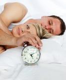 预警河床结束时钟的夫妇 免版税库存图片