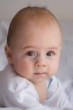 预警逗人喜爱的婴儿纵向 免版税库存照片