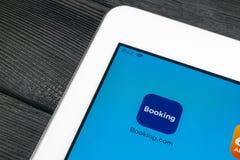 预订 com在苹果计算机iPad赞成屏幕特写镜头的应用象 售票app象 预订 com 社会媒介app 3d网络照片回报了社交 免版税库存照片