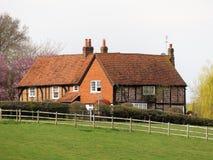 领域包围的英国国家农厂房子 免版税库存图片